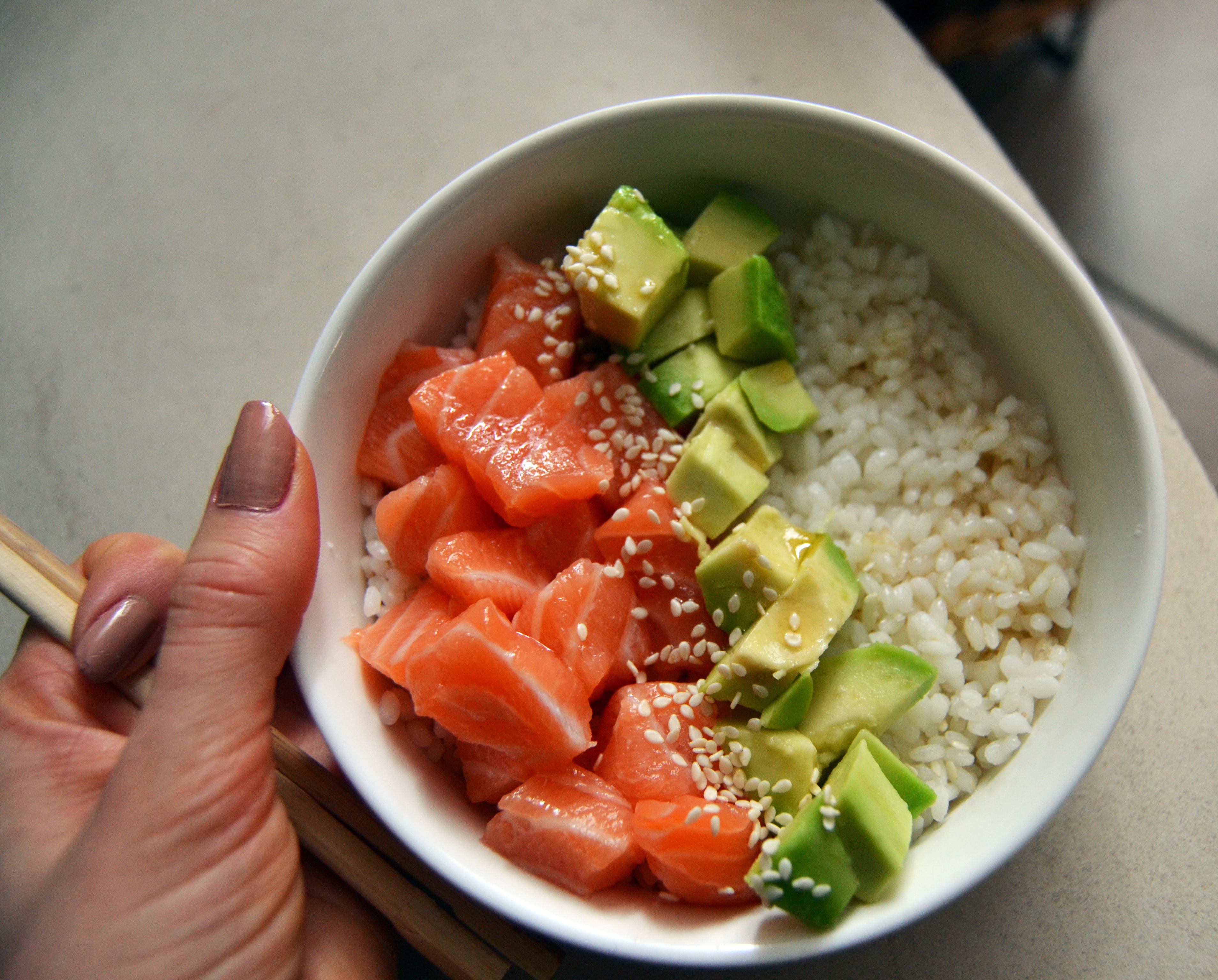 poke bowl fidjigirl recette lunch avocat saumon riz sauce soja sucrée